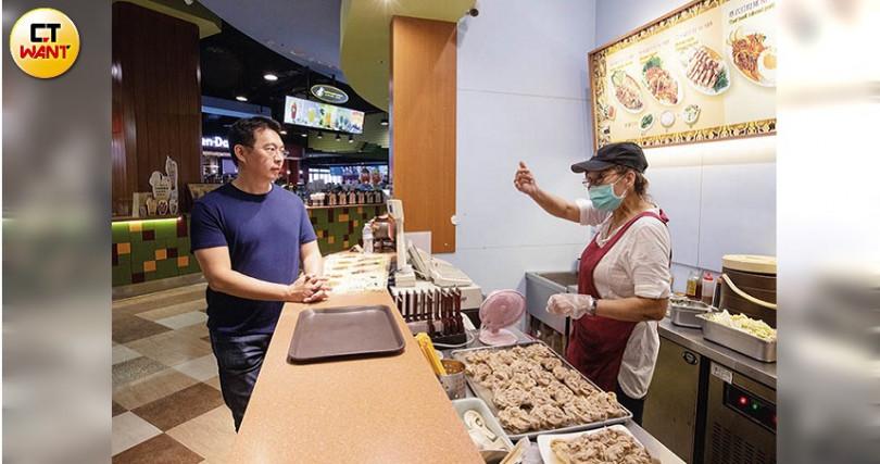 經常到自己在賣場的攤位巡店,這攤賣的是泰式小吃。(攝影/張文玠)