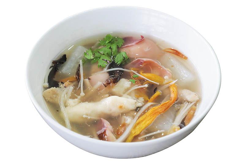 魷魚羹和滷肉飯是徐孟楷的人氣商品。(攝影/馬景平)