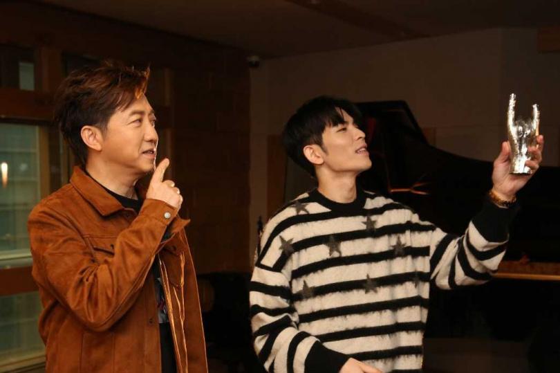 庾澄慶(右)和蕭敬騰兩人去年曾合作演出音樂劇《西哈遊記–魔二代再起》。(圖/福茂唱片提供)