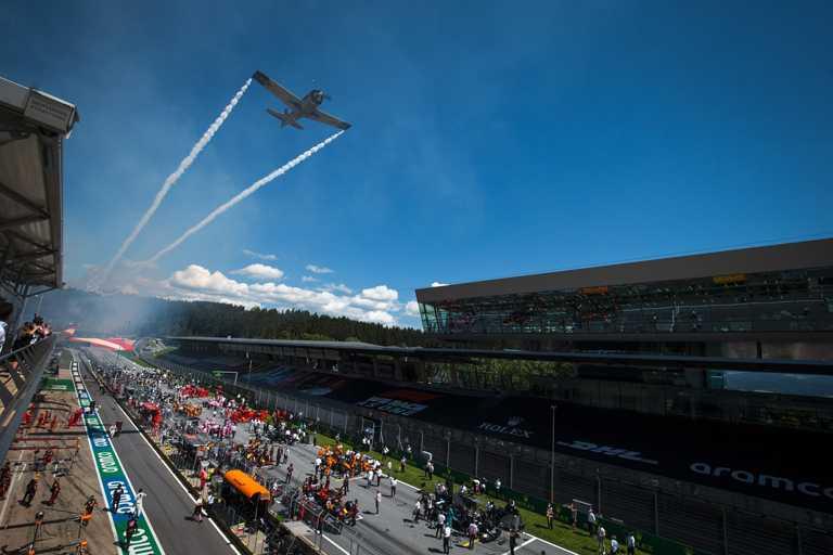 2020年「一級方程式錦標賽勞力士奧地利大獎賽」開賽熱鬧現場,由噴射飛機掀起美好序幕。(圖╱ROLEX提供)