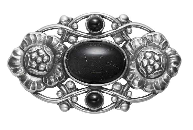 GEORG JENSEN「Moonlight Blossom月光花語系列」編號89限量訂製,純銀三層石胸針╱14,000元。(圖╱GEORG JENSEN提供)