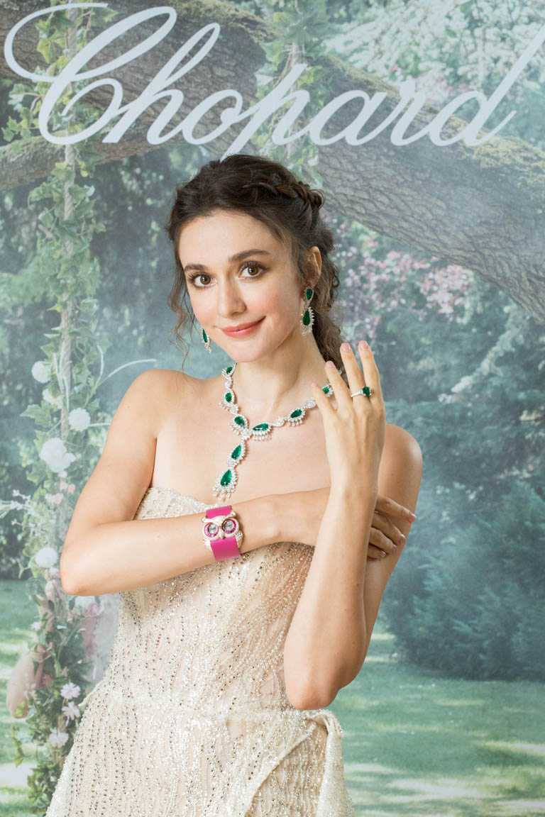 名模瑞莎,優雅演繹蕭邦頂級珠寶及腕錶作品╱Chopard「頂級珠寶」系列祖母綠套組項鍊、耳環╱101,470,000元;Chopard「頂級珠寶」系列祖母綠戒指╱101,470,000元;Chopard「動物世界」系列貓頭鷹腕錶╱13,550,000元。(圖╱Chopard提供)