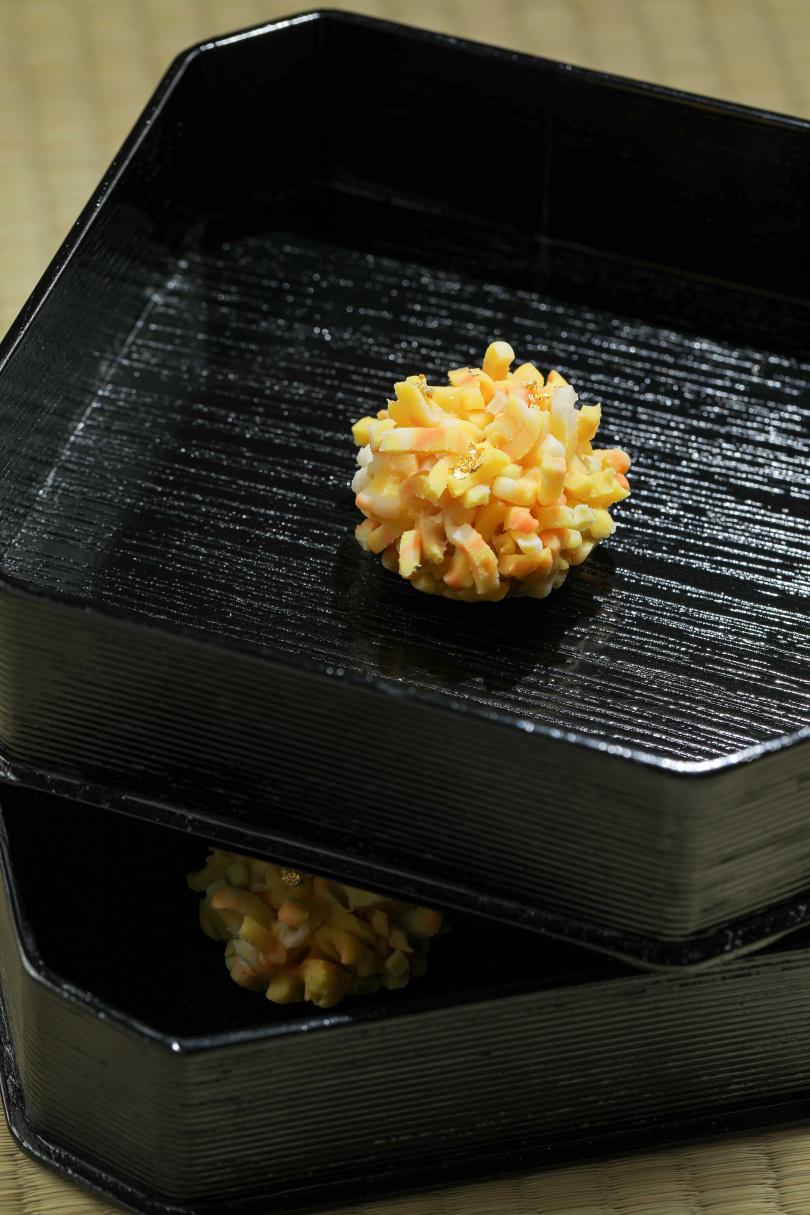 外型華麗的「金團」,內餡用百香果與白豆沙製作,滋味酸甜兼具。(160元/個)