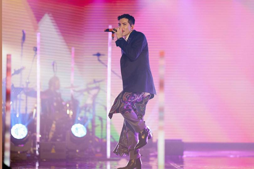 演唱會上,蕭敬騰選唱了魏如萱〈你啊你啊〉,及告五人的〈披星戴月的想你〉等翻唱歌曲獻給歌迷。(圖/tme live提供)