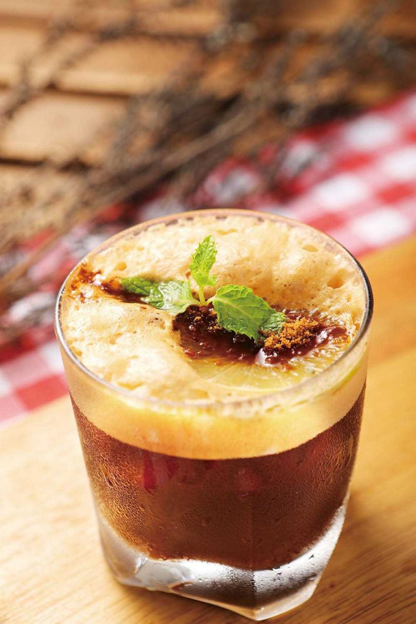 用調酒手法融合咖啡原液與黃檸檬汁的「西西里冰檸檬咖啡」,順口清冽。(100元)(圖/施岳呈攝)