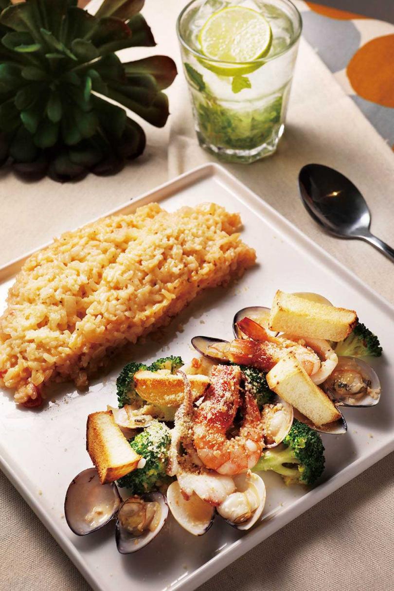 「帕瑪森烤海鮮盤燉飯」能一次吃到鮮蝦、蛤蜊和中卷等多樣海鮮,還使用海鮮湯汁製作燉飯,口口都是鮮美海味。(280元)(圖/施岳呈攝)