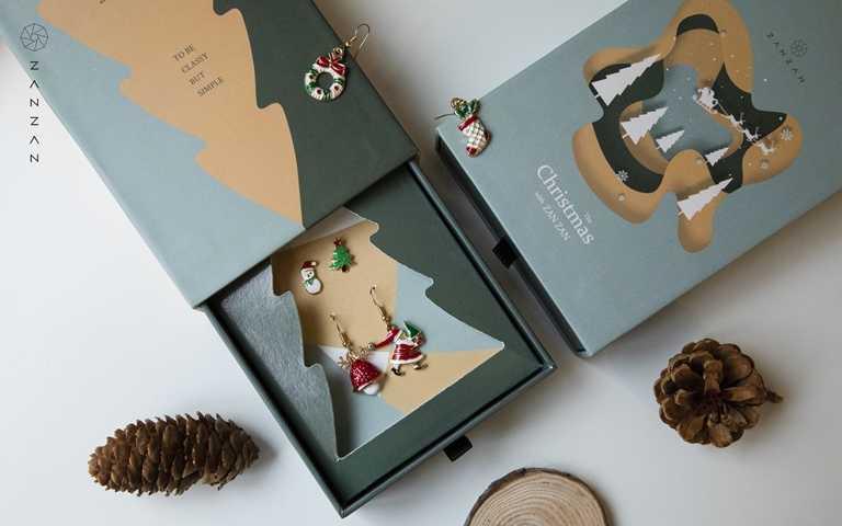兩款限定耶誕禮盒皆提供精緻提袋,並內附2副充滿佳節氣氛的耳環(一副垂墜一副單顆)。(圖/品牌提供)