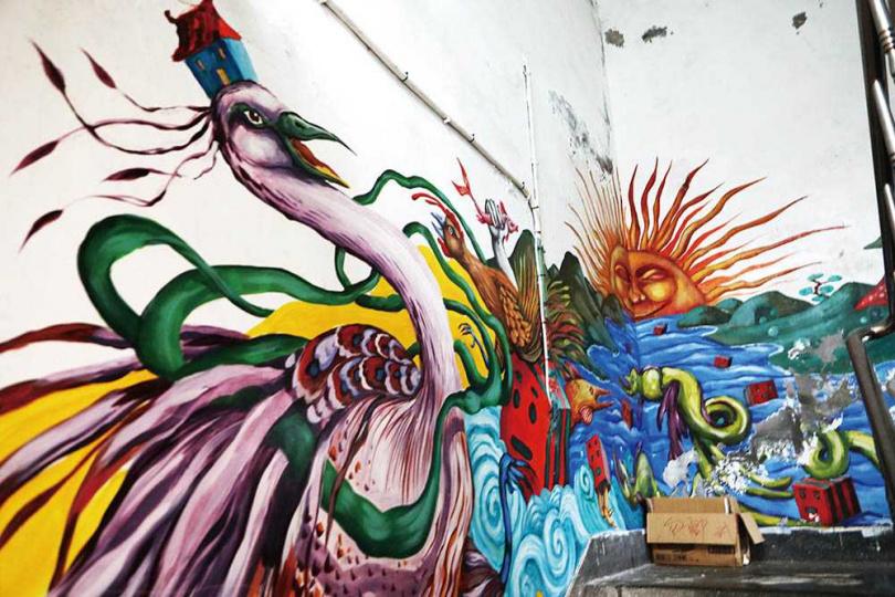 「海大三創基地」將社區建築內外的公共空間當作畫布活潑彩繪,為此地注入新活水。(圖/于魯光攝)