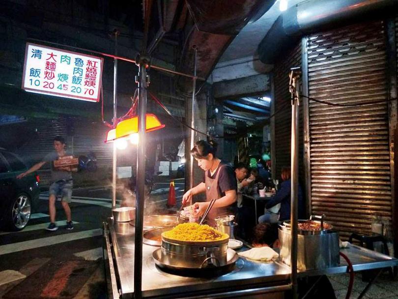鄰近魚市場的「崁仔頂紅燒鰻魚羹」,是在地人最愛的宵夜攤之一。(70元/碗)(圖/于魯光攝)