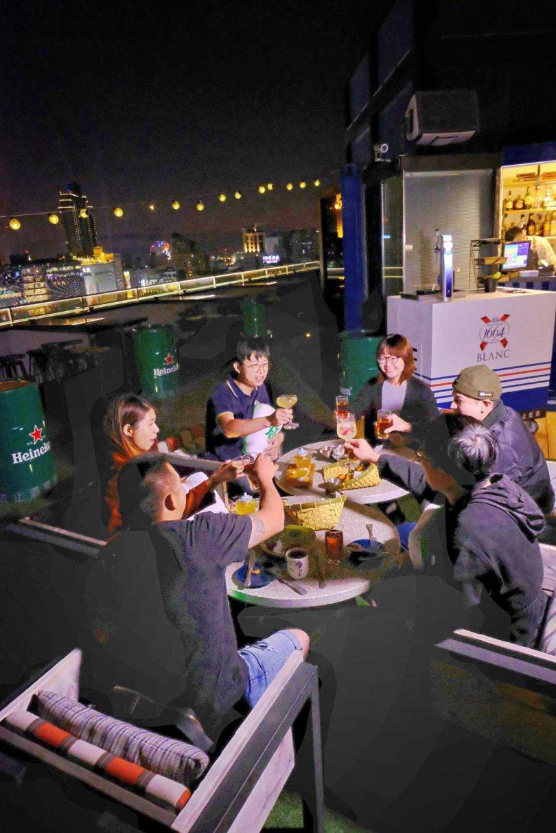 Pier No.1高空酒吧是好友相聚的歡樂選擇。(圖/高雄英迪格酒店提供)