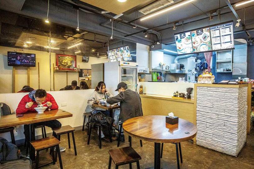 從中午營業到晚上的「大膽牛腩麵」,讓客人隨時想吃都能上門。(圖/焦正德攝)