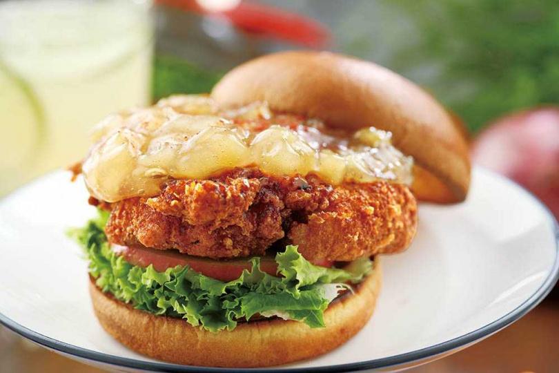 「蘋果雞」香嫩的酥炸去骨雞腿,與酸甜的蘋果醬很對味。(240元)(圖/于魯光攝)