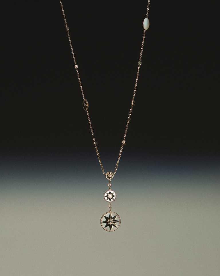 DIOR「Rose des Vents羅盤玫瑰」系列,黃K金珍珠母貝鑽石長項鍊╱740,000元。(圖╱DIOR提供)