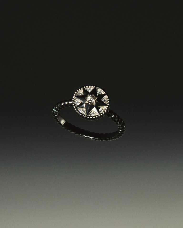 DIOR「Rose des Vents羅盤玫瑰」系列,白K金鑽石戒指╱144,000元。(圖╱DIOR提供)