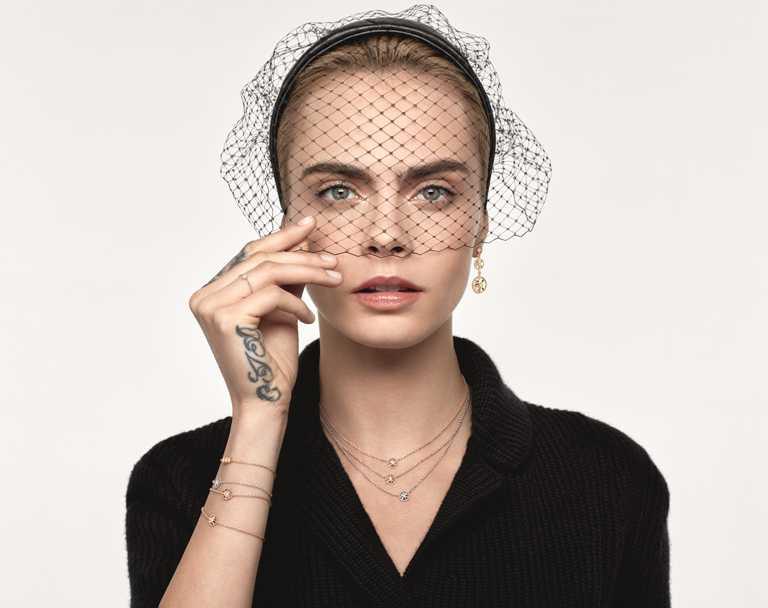 英國超模卡拉迪樂芬妮(Cara Delevingne)以不同系列的珠寶疊戴混搭方式,展現DIOR「Rose des Vents羅盤玫瑰」充滿活力的青春氣息。(圖╱DIOR提供)