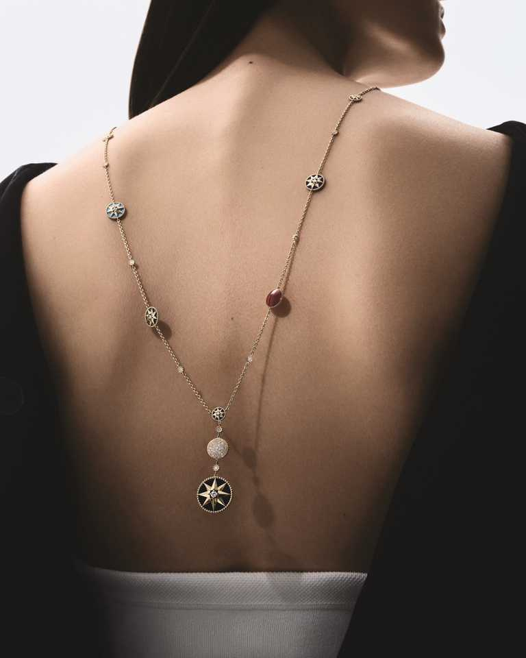 DIOR「Rose des Vents羅盤玫瑰」系列,黃K金彩寶鑽石長項鍊╱970,000元。(圖╱DIOR提供)