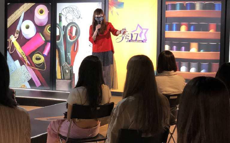 國際時尚藝術文化協會溫筱鴻理事長親臨現場講評。