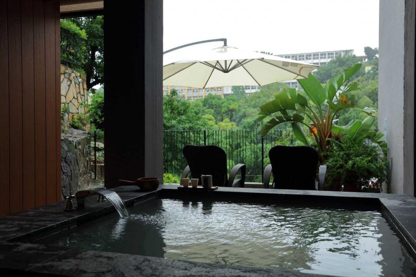 享溫泉擁有獨立的和式休息區,以及專屬的半開放式的浴池空間。(圖/Klook)