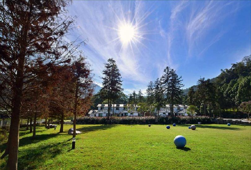 悠森境渡假村擁有大片草地可以讓大人小孩盡情奔跑。(圖/Klook)