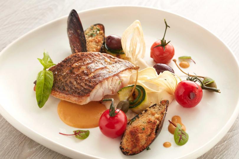 煎烤季節鮮魚, 焗鑲淡菜, 煙花女醬汁。(圖/寒舍艾麗La Farfalla義式餐廳提供)