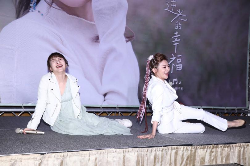 王宥忻(左)和王彩樺重現MV綜藝摔橋段。(攝影/彭子桓)