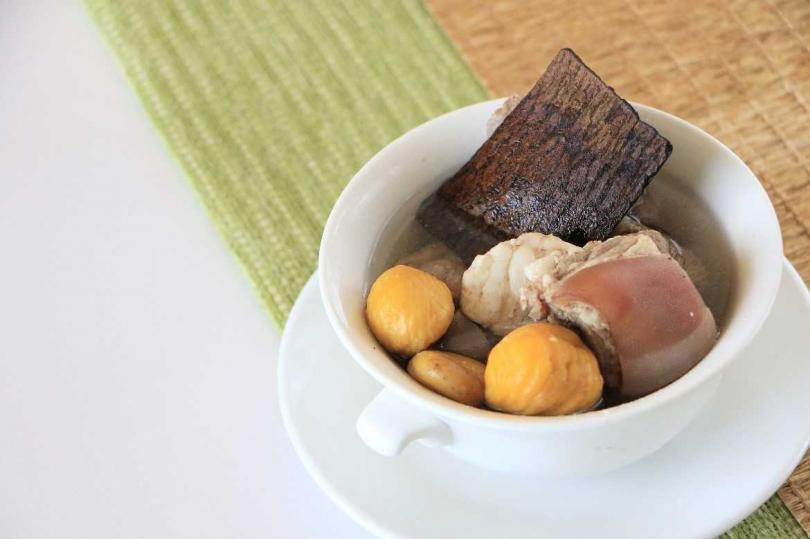 杜仲栗子羊肉湯。(圖/涵碧樓提供)