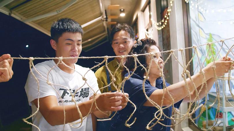 楊貴媚以行動支持范少勳的籃球計畫,半夜幫忙編織籃網。(圖/公視提供)