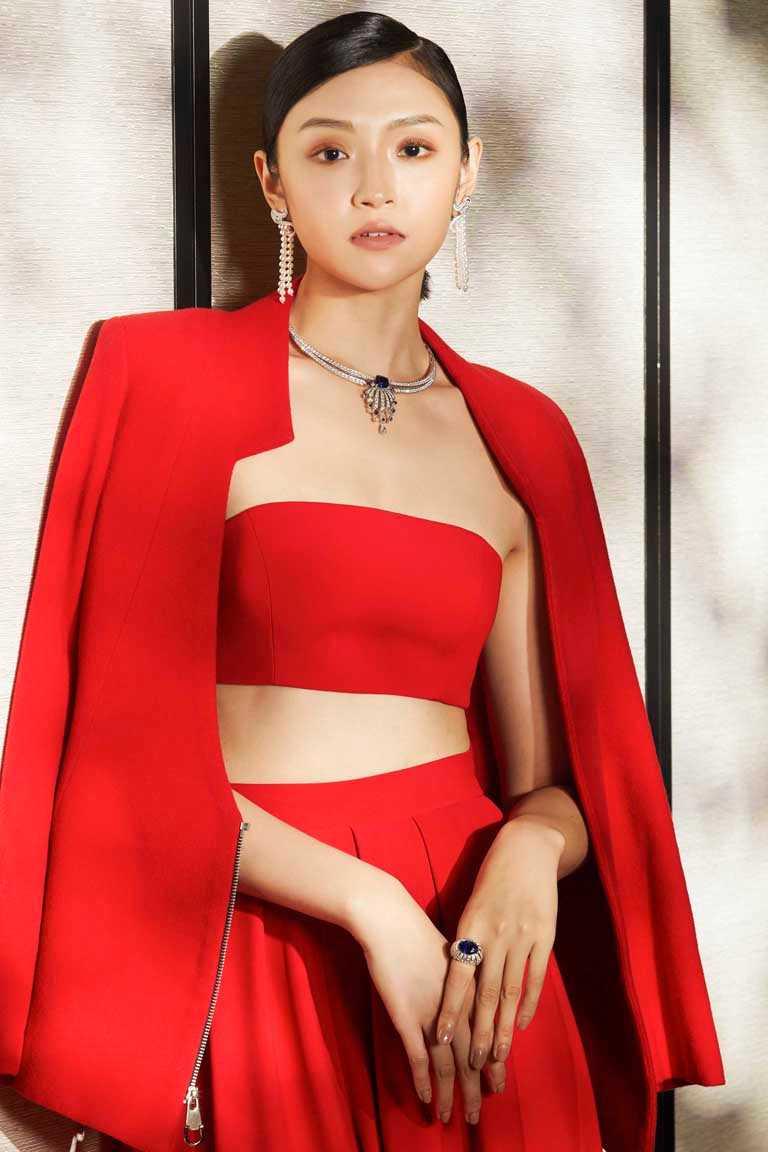 模特兒優雅演繹伯爵「Golden Oasis」頂級珠寶系列,「鑽石面紗」藍寶石頂級珠寶作品。(圖╱PIAGET提供)