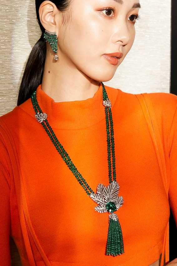 模特兒優雅演繹伯爵「Golden Oasis」頂級珠寶系列,「綠洲秘境」祖母綠頂級珠寶作品。(圖╱PIAGET提供)