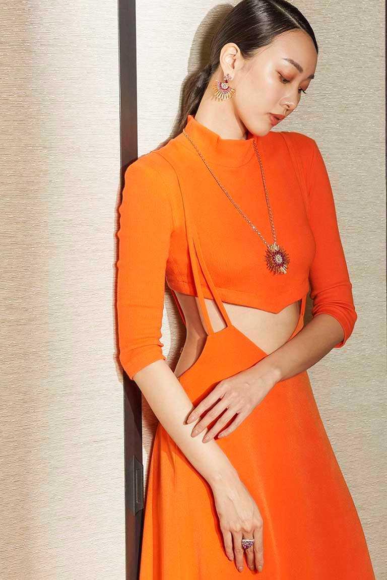 模特兒優雅演繹伯爵「Golden Oasis」頂級珠寶系列,「漠地日虹」紅寶石頂級珠寶作品。(圖╱PIAGET提供)