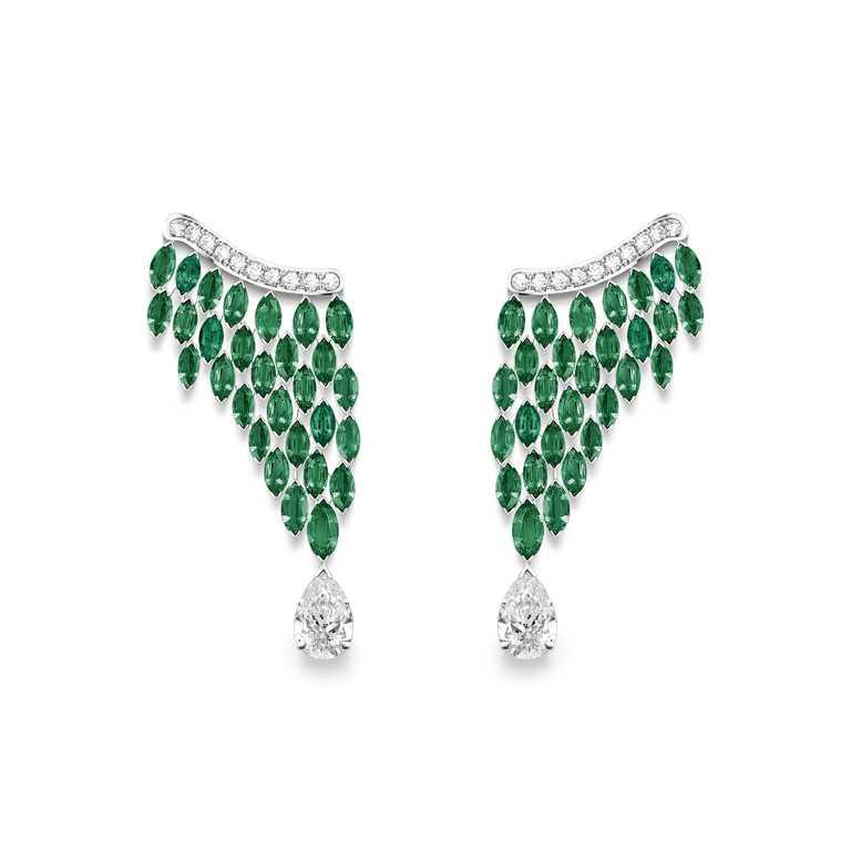 PIAGET「Golden Oasis」頂級珠寶系列╱Native Bloom「蔥鬱綠洲」祖母綠頂級珠寶鑽石耳環╱9,100,000元。(圖╱PIAGET提供)