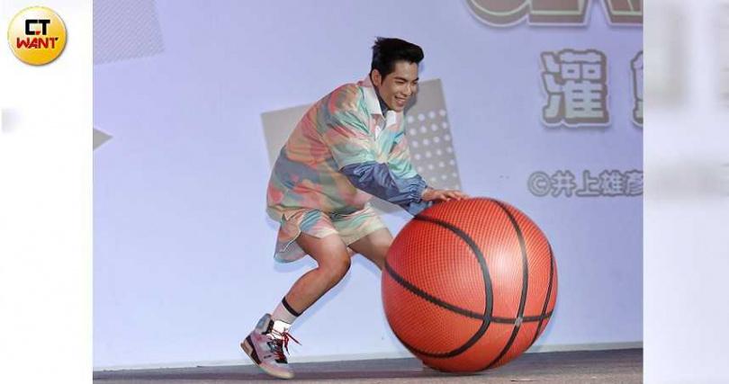 上月蕭敬騰因「媽媽手」開刀治療,現在慢性肌腱炎已康復可正常打籃球。(攝影/林勝發)