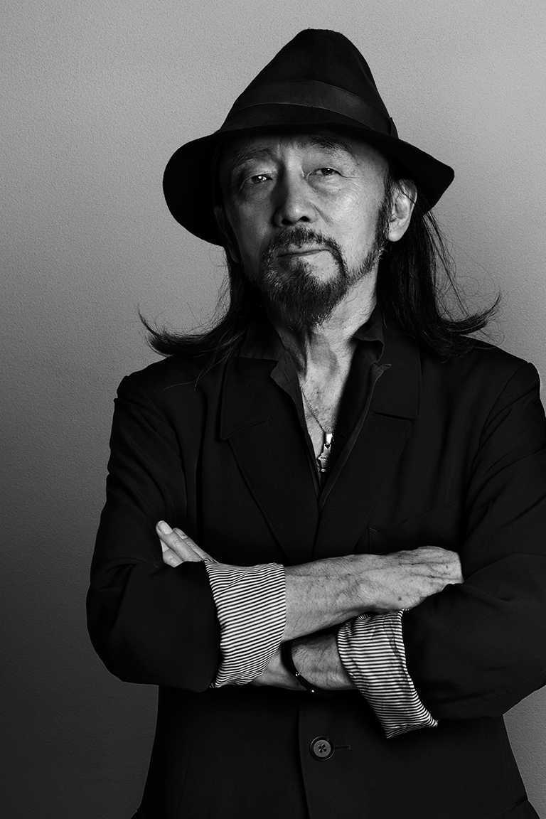 日本傳奇設計師山本耀司,以前衛的剪裁方式,引領「黑色震撼」時尚美學而聞名。(圖╱攝影師Kazumi Kurigami提供)