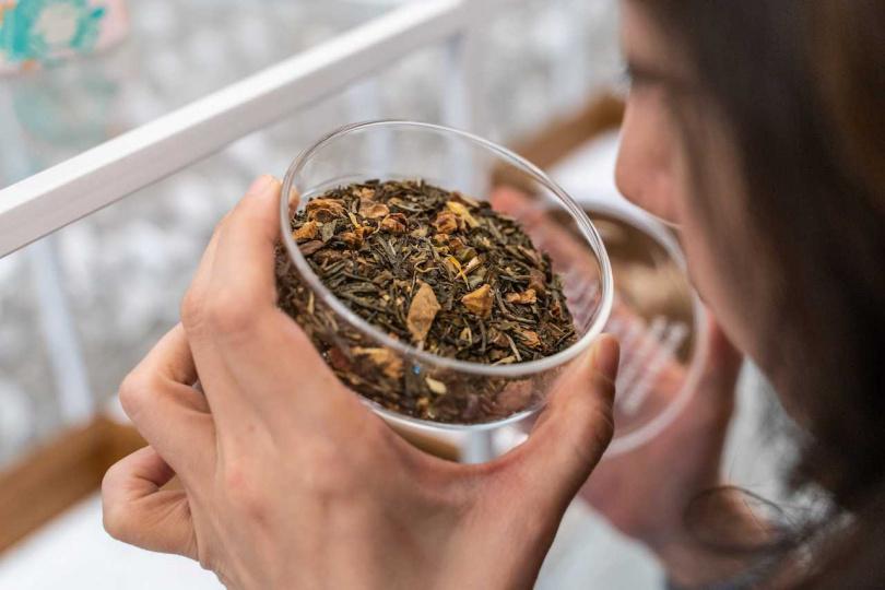 茶盤上承載二十多款調和茶與草本茶的配方、風味特徵、靈感故事,可以自由讀取與嗅聞茶香。(圖片提供/Paper&Tea柏林選茶)
