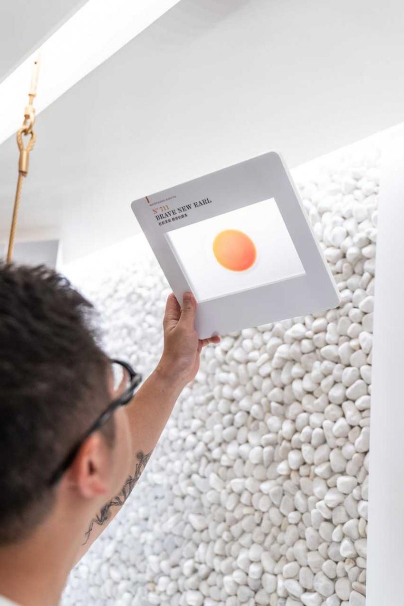 在「品牌介紹:純有機」展區,參觀者可以透過各式茶色幻燈片了解茶品。(圖片提供/Paper&Tea柏林選茶)