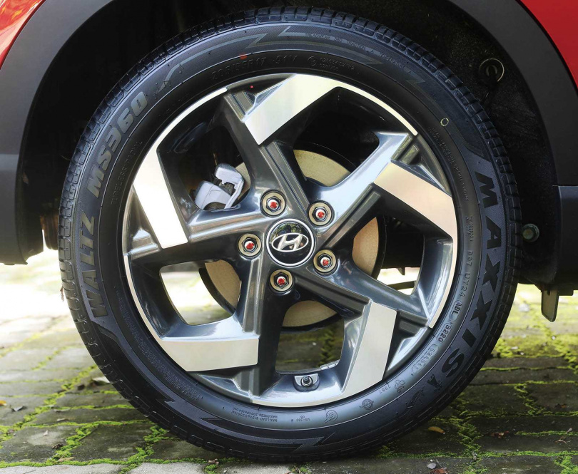頂級車款搭配17吋雙色削切五幅鋁圈,動感有型。(圖/趙世勳攝)