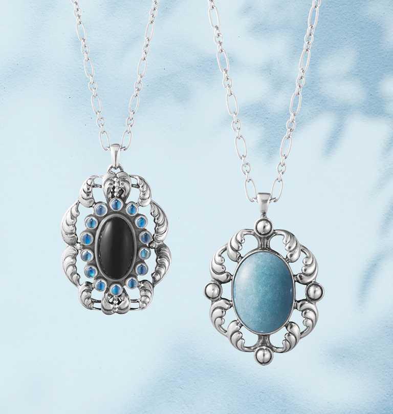 GEORG JENSEN「Moonlight Blossom」系列,月光花語訂製鍊墜╱(左)黑瑪瑙、藍色月光石╱20,000元;(右)藍水晶╱15,000元。(圖╱GEORG JENSEN提供)