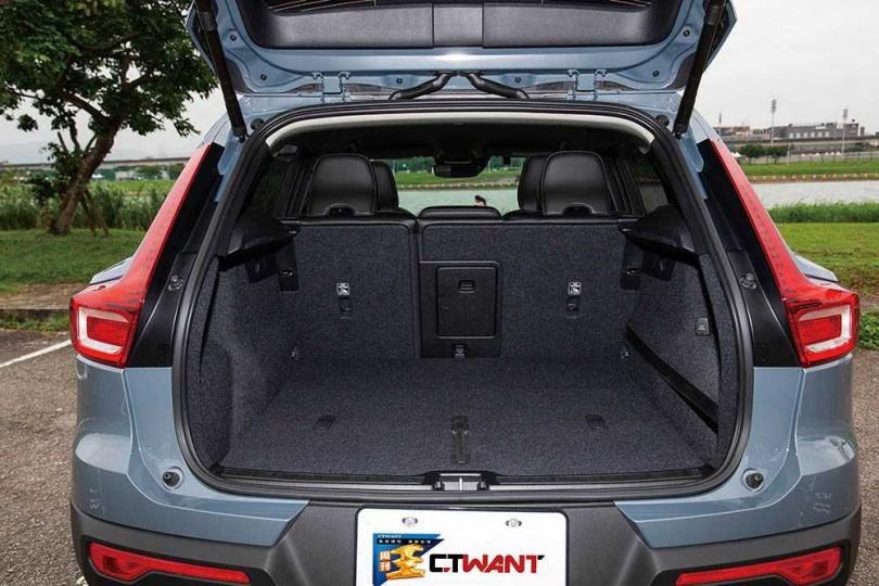 行李廂空間最大可達1,328公升,很適合小家庭外出旅行。(圖/黃耀徵攝)