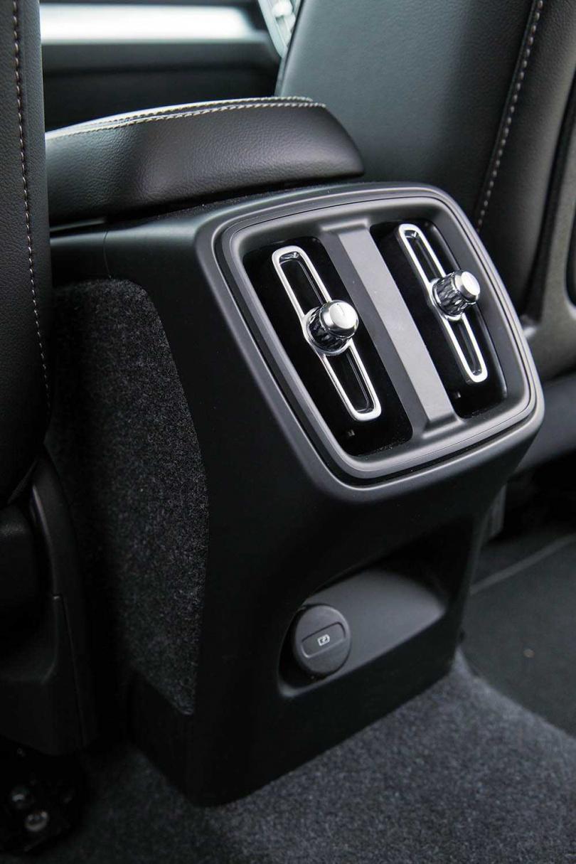 雖然車內空間不比正SUV大,後座仍配有中置冷氣出風口。(圖/黃耀徵攝)