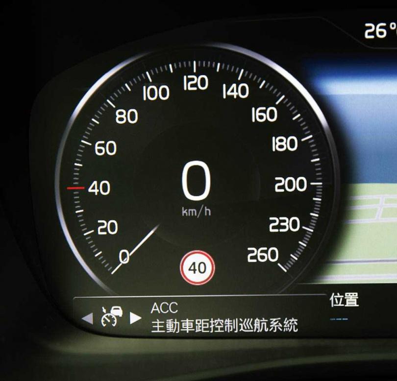 在12.3吋數位儀表板左側的時速表下,會隨時提醒當前路段的限速。(圖/黃耀徵攝)