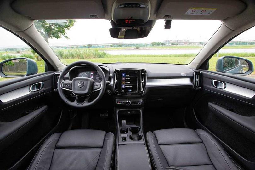 車室以深灰及銀色為主調,頂篷則是沉穩的象牙灰,讓車主進入座艙就能感受到平靜。(圖/黃耀徵攝)