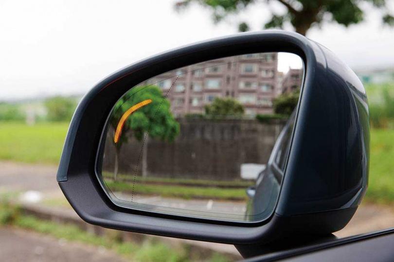 後照鏡上的車側警示同樣維持線條狀,相當符合Volvo的簡約風格。(圖/黃耀徵攝)