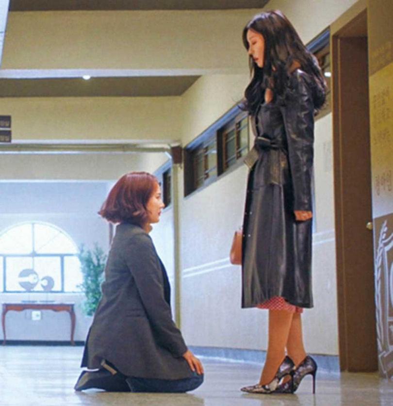 金素妍經常在片場為戲快速「變臉」,一旁觀看的柳真(左)表示相當有趣。(圖/翻攝自SBS)