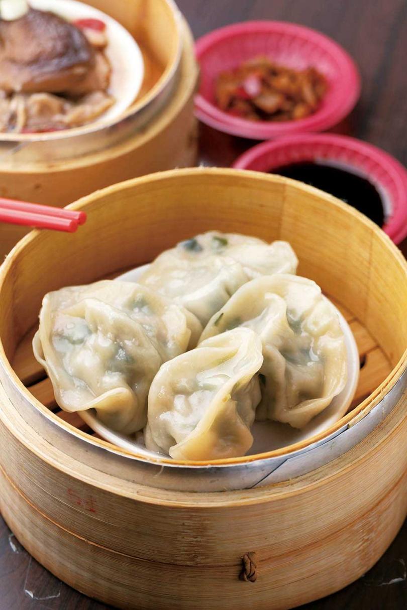 「韭菜豚肉餃」以小里肌肉和清水韭菜做餡,香氣足又有飽滿肉汁。(35元)(圖/林士傑攝)