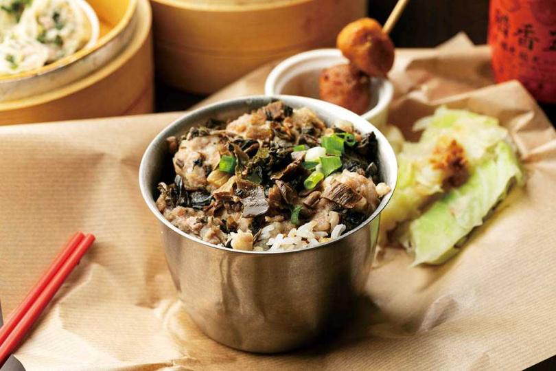 吃「梅菜肉餅飯」前,記得淋上特製的蒸飯豉油,和肉汁混合後浸入米飯,再搭配清甜梅菜,讓人停不了口。(120元)(圖/林士傑攝)