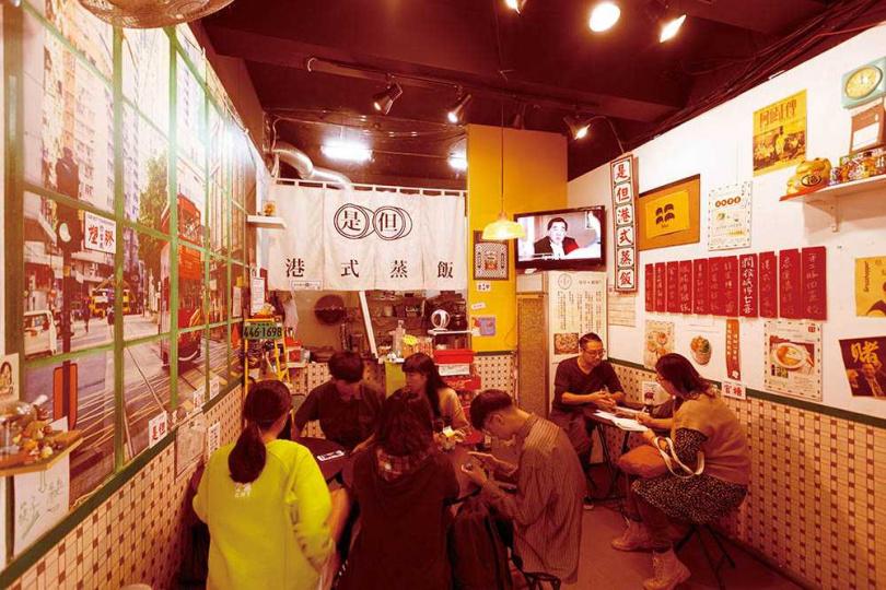 貼有叮叮車照片、老電影海報的「是但港式蒸飯專門店」,充滿熟悉的香港小店氛圍。(圖/林士傑攝)