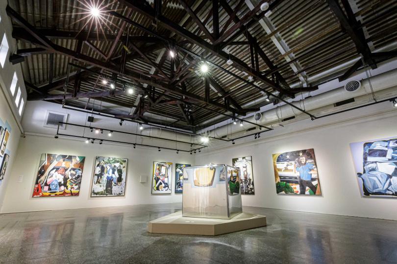 放在展場中央的雕塑還映照了牆上畫作,形成了彷彿連續影像的視覺效果。