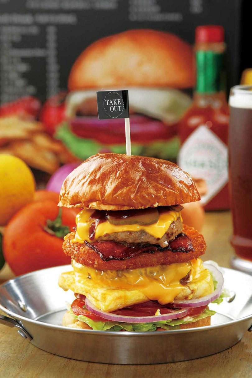 「客製化超高層漢堡」可以從菜單的加料區任選喜歡的配料。(價格隨配料多寡變動,圖為360元)(圖/于魯光攝)