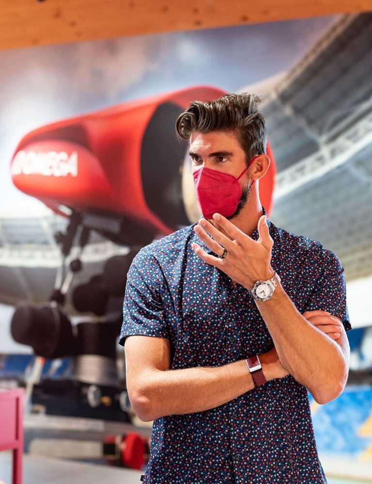 菲爾普斯佩戴OMEGA最新海馬潛水300米「東京2020」腕錶,真情流露他對計時工具的品味要求。(圖╱OMEGA提供)