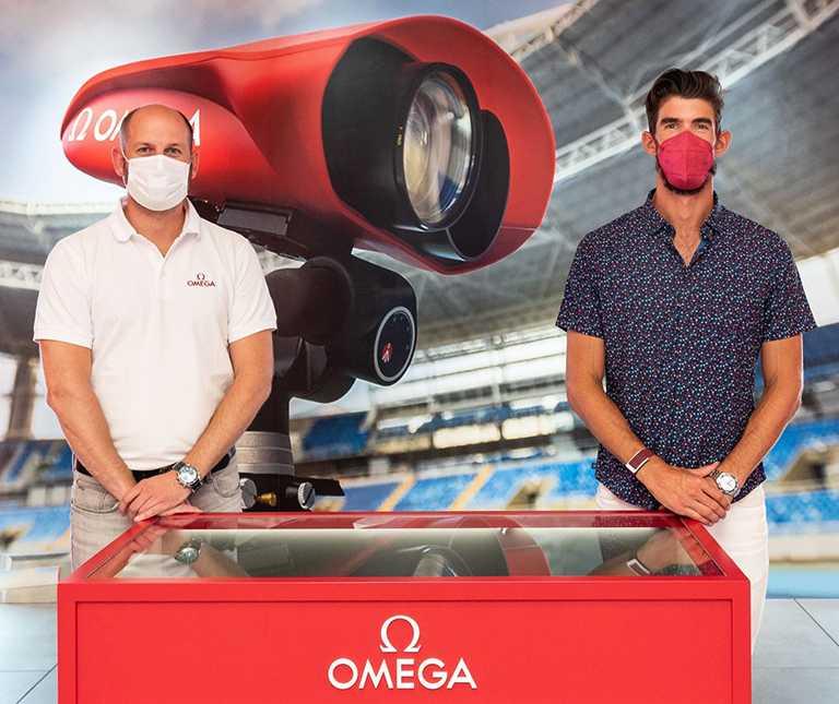 「飛魚」麥可菲爾普斯與歐米茄計時執行長Alain Zobrist,相會東京奧運官方計時展示間現場。(圖╱OMEGA提供)